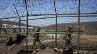 Patrulla de soldados surcoreanos a lo largo de la zona desmilitarizada (DMZ) (imagen de ilustración).