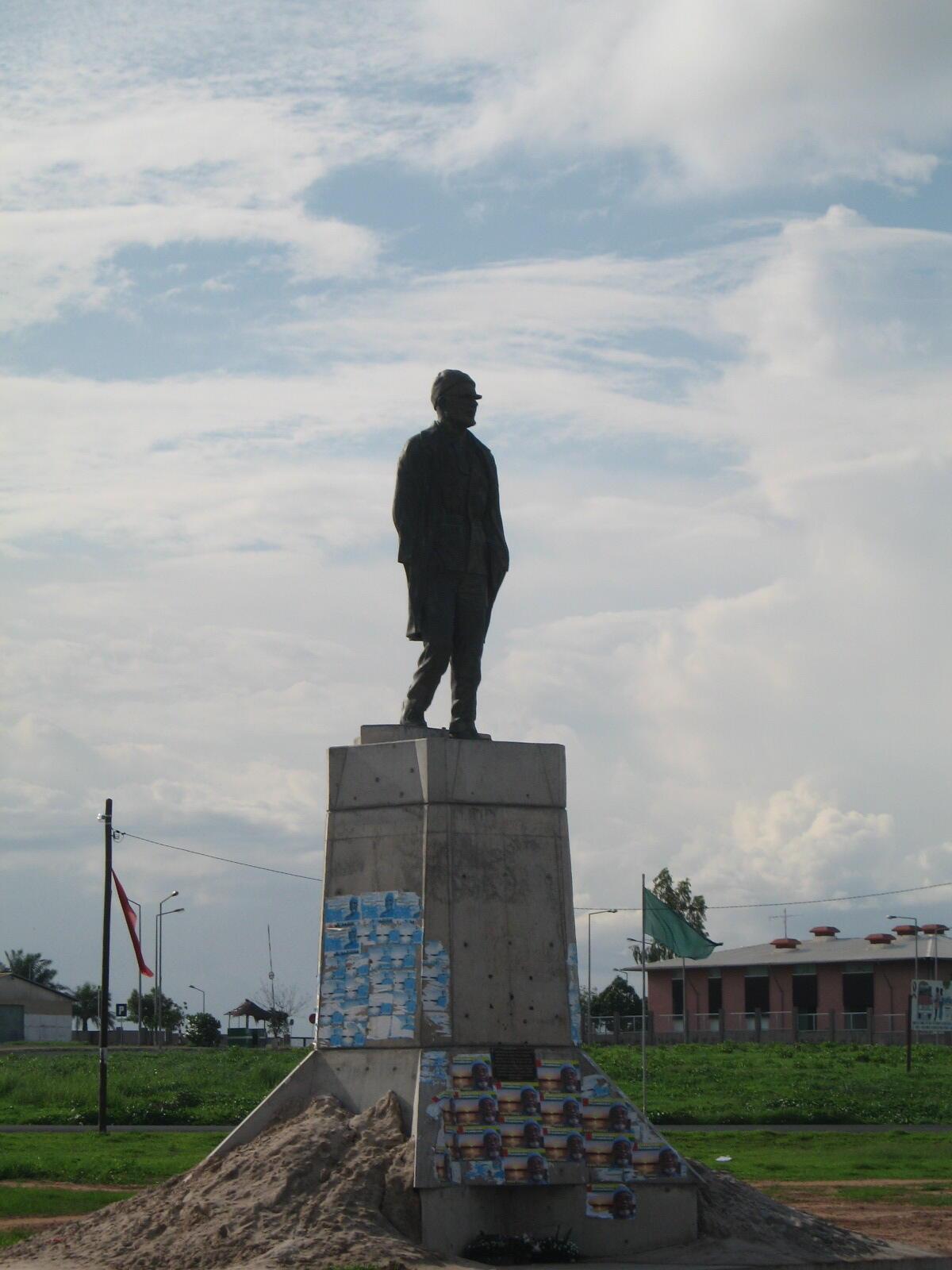Estátua de Amilcar Cabral em Bissau, junto ao Aeroporto