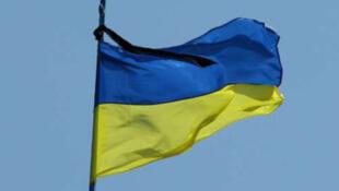 Украинский флаг с траурной лентой