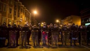 A polícia de Baltimore se prepara minutos antes do toque de recolher nesta terça, 28 de abril de 2015, nos Estados Unidos.
