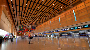 Les aéroports se vident de par le monde et les spécialistes estiment que l'épidémie devrait couter plus de 113 milliards de dollars aux compagnies aériennes.