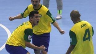 Jogadores brasileiros comemoram vitória conta o Japão, na estréia do Mundial de Futsal 2012