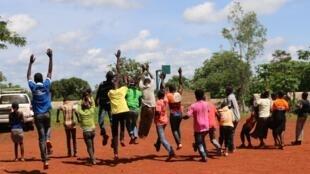 A Mbaïki, en mai dernier, des enfants viennent d'être officiellement libérés du groupe des anti-balakas (photo d'illustration).