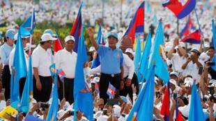 Hun Sen, Premier ministre du Cambodge, salue ses partisans lors du dernier meeting de son parti, le CPP, avant l'élection législative du 29 juillet, à Phnom Penh, le 27 juillet 2018.
