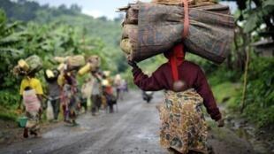 Illustration. Des déplacés de la région de Rutshuru sur la route prés d'un village de Kabindi, le 21 mai 2012.