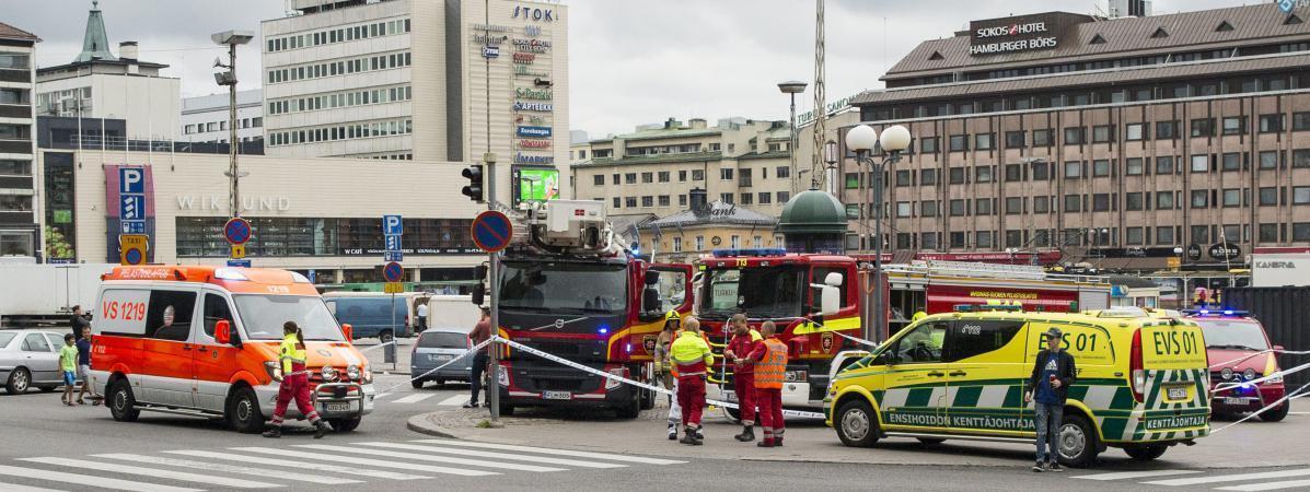 Socorristas finlandeses na praça de Turku, um jovem marroquino matou à facada 2 finlandeses