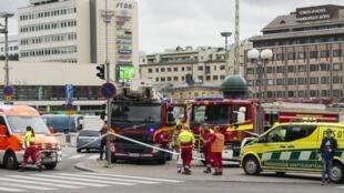 گروه امداد فنلاند در میدان شهر تورکو محل وقوع حادثه.