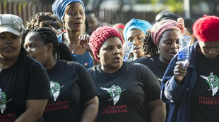 A Marikana, en Afrique du Sud, des veuves et proches des 34 mineurs tués par la police en 2012, lors de la remise d'une pétition demandant la diffusion d'un documentaire sur le drame à la télévision SABC.