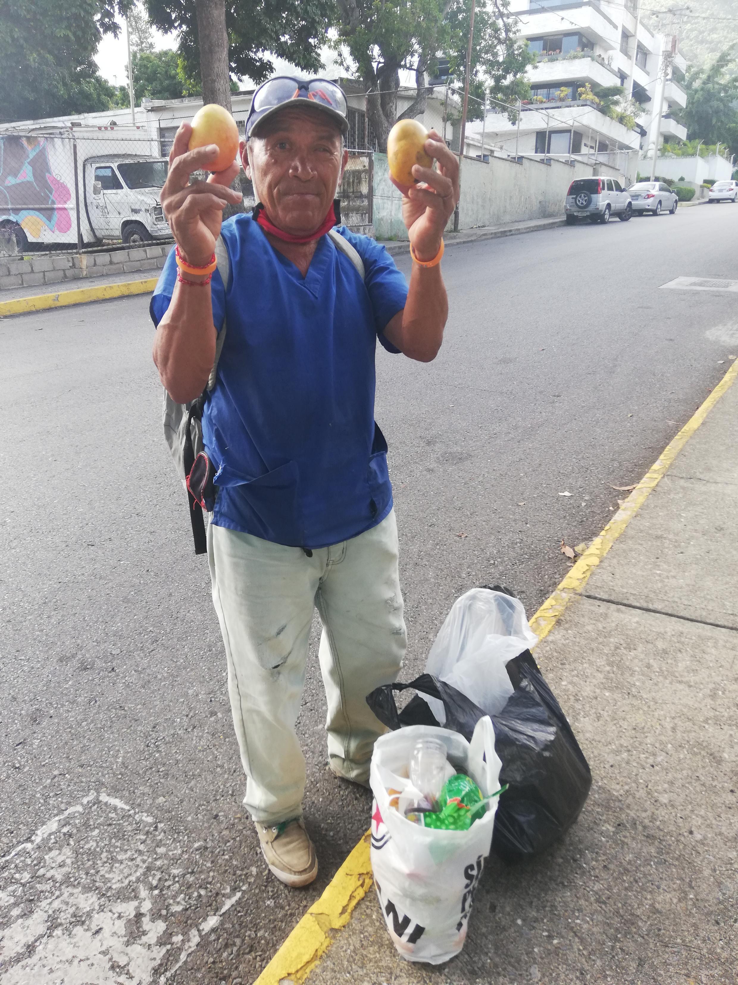 """O jardineiro Hugo Rafael classifica a mangueira como """"a árvore da vida, a que salva os venezuelanos""""."""