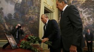 Министр иностранных дел Сергей Лавров (справа) и его турецкий коллега Мевлют Чавушоглу, Москва, 20 декабря 2016.