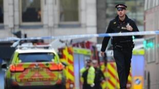 Carros de polícia nas proximidades da Torre de Londres. Polícia britânica confirma morte de duas vítimas.