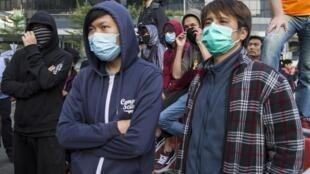 Des huissiers ont fait démanteler des barricades à Hong Kong, en exécution d'une première décision de justice visant à réduire l'étendue des sites occupés par les manifestants.