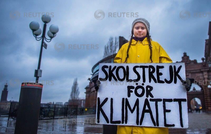 Thiếu nữ Greta Thunberg 15 tuổi người Thụy Điển kêu gọi bãi khóa để đấu tranh vì khí hậu, trước cửa Quốc Hội Thụy Điển ngày 30/11/2018.
