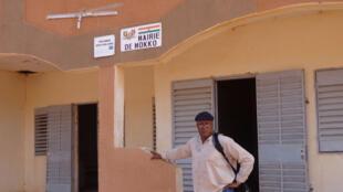 Sayouba Traoré, devant la mairie de la commune de Mokko, département de Dosso, au Niger.