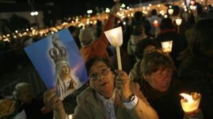 Fiéis católicos participam dos 95 anos da aparição da Virgem a três crianças em Fátima.