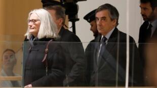 François Fillon e a esposa, Penelope Fillon, aquando da sua primeira comparência perante a justiça na passada segunda-feira 24 de Fevereiro.