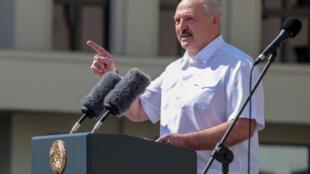 Александр Лукашенко пообещал ответить на санкции Литвы и Польши.