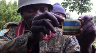 Un soldat congolais exhibe fièrement l'insigne du Rwanda qu'il affirme avoir trouvé sur un uniforme laissé à Chanzu mardi 5 novembre 2013.