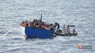 Ảnh minh họa: Thuyền nhân được Hải quân Ý cứu giúp ngoài khơi đảo Sicilia (Ý), ngày 19/07/2016.
