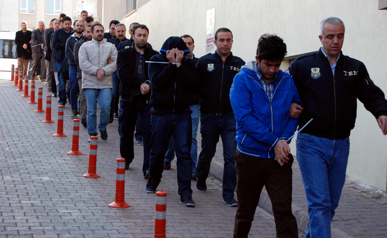 Cảnh sát hộ tống những người bị tình nghi thuộc tổ chức của giáo sĩ Gülen. Anh tại thành phố Kayseri, ngày 25/04/2017.