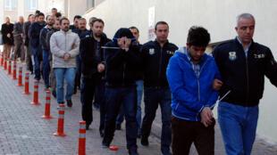 Polícias escoltam pessoas suspeitas de pertencer à rede do imã Fethullah Gülen, em Kayseri, a 25 de Abril de 2017