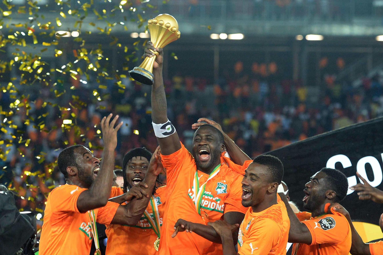 Yaya Touré avec le trophée de la Coupe d'Afrique des nations, le 8 février 2015, au Ghana.