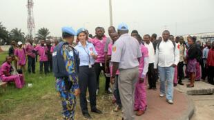 Kinshasa, DR Congo: Waangalizi wa polisi ya MONUSCO katika majadiliano na wafanyakazi wa hospitali ya Cinquantenaire wakati wa mgomo tarehe 15 Agosti 2016, Kinshasa.