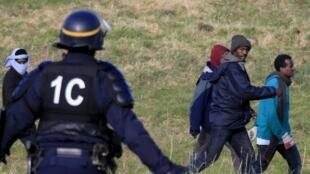 Des migrants, près de Calais, le 21 janvier 2016.