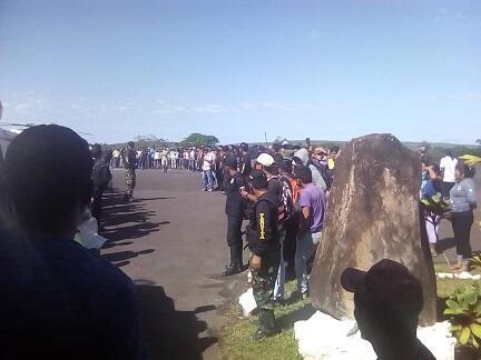 Un grupo de indígenas Pemón protesta en el aeropuerto de Canaima durante la visita del gobernador Justo Noguera. Diciembre de 2018.