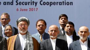 Le président afghan Ashraf Ghani (au centre, veste noire, sans couvre-chef) a ouvert mardi 6 juin la conférence sur la paix à Kaboul.