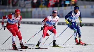 Слева направо: россиянин Александр Большунов, норвежец Мартин Йонсруд Сундбю и казахский лыжник Алексей Полторанин. Скиатлон, 23 февраля 2019 года, Зеефельд.
