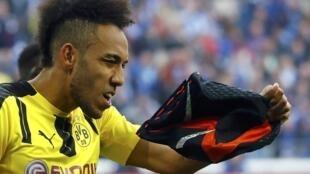 Pierre-Emerick Aubameyang a énervé son club, le Borussia Dortmund, et l'équipementier Puma en arborant un masque de la marque Nike.