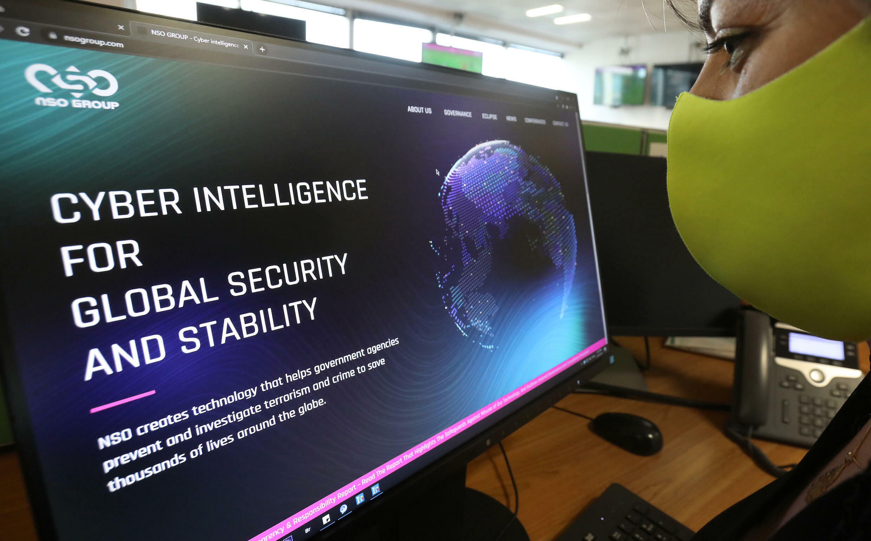 Una mujer mira el portal del programa de espionaje Pegasus de la compañía israelí NSO el 21 de julio de 2021 en Nicosia, Chipre