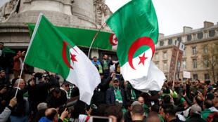 Des manifestants de la communauté algérienne en France prennent part à une manifestation pour demander le retrait de la structure politique actuelle en Algérie sur la place de la République à Paris, le 7 avril 2019.