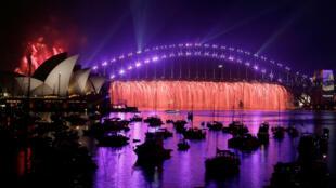 Cascata de fogos de artifício durante o show pirotécnico de Ano Novo em Sidney, na Austrália, 1° de janeiro de 2017.