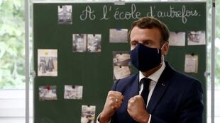 French President Emmanuel Macron visits a primary school outside Paris as the coronavirus lockdown is set to ease with partial lifting of restrictions such as the opening of primaries school, 5 May 2020.