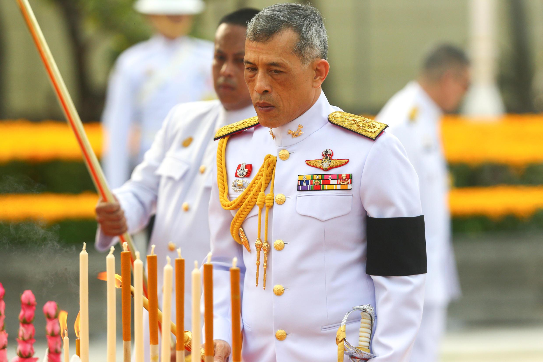 Quốc vương Thái Lan Maha Vajiralongkorn đến viếng vua Rama I sau khi ký chấp thuận bản Hiến Pháp mới, ngày 06/04/2017.
