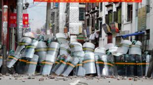 中国镇暴警察在3月14日的行动中遭到示威者石块袭击