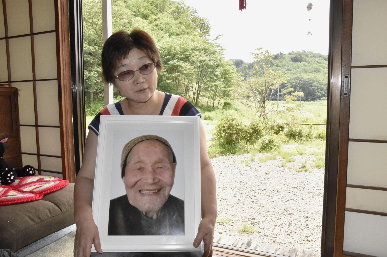 Mieko Sirikar Fumio Okubo dauke da hotansa