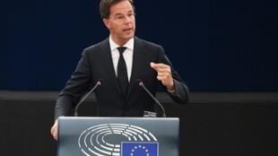 El primer ministro Mark Rutte quiere promover la adquisición de la inmunidad colectiva haciendo retroceder el principio de contención.