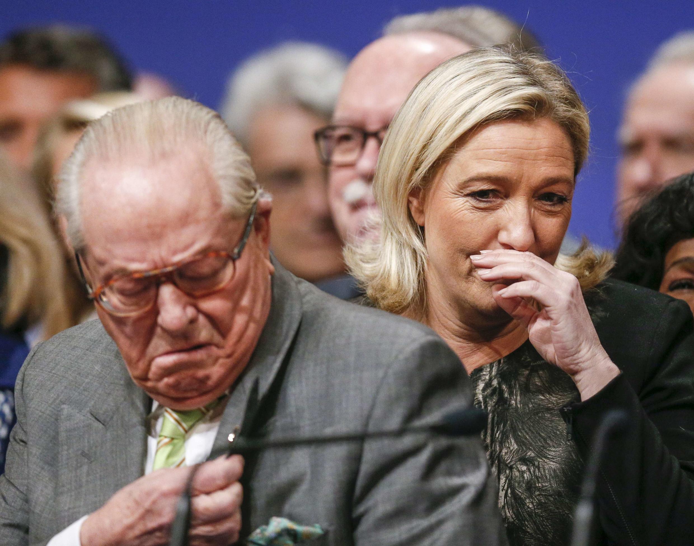 Основатель Нацфронтна Жан-Мари Ле Пен и его дочь Марин Ле Пен на съезде партии в Лионе, 30 ноября 2014 г.