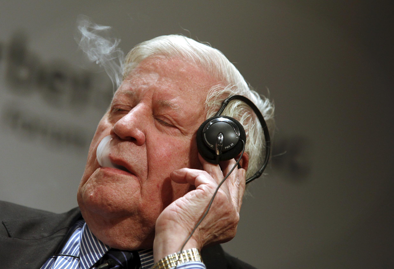 德國前總理施密特(Helmut Schmidt )2011年9月9日在柏林邊打電話邊吸煙。
