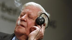德国前总理施密特(Helmut Schmidt )2011年9月9日在柏林边打电话边吸烟。