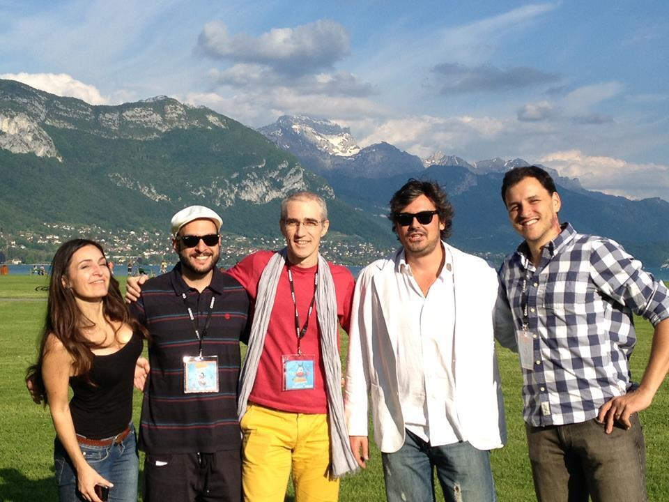 O diretor Luiz Bolognesi (centro) compareceu com a equipe do filme ao Festival de Annecy, onde venceu o prêmio de melhor longa-metragem.