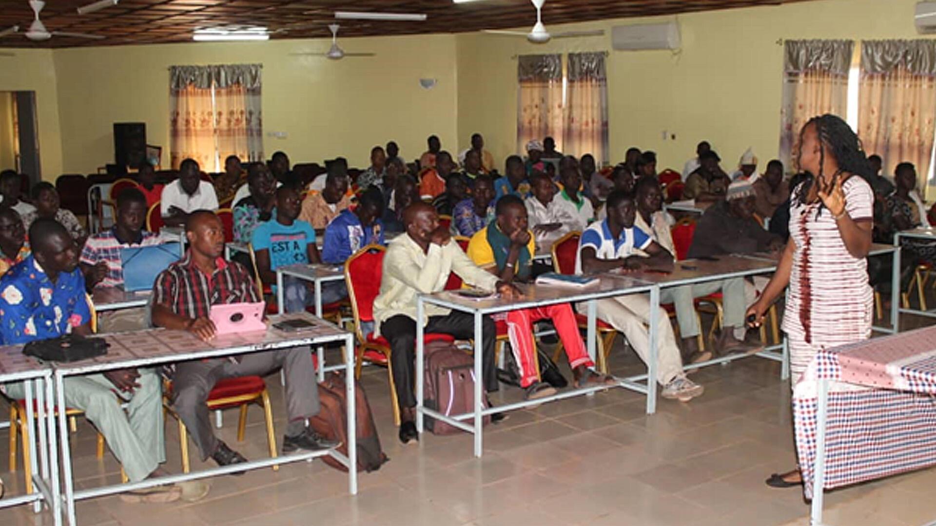 Mme GANDEMA, lors d'une séance de formation sur le Projet IDEAL Burkina.