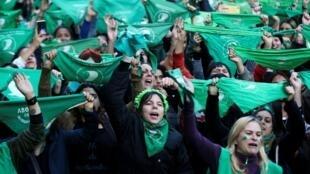 Une marée de foulards verts a déferlé dans les rues de Buenos Aires, mardi 28 mai 2019, pour réclamer le droit à l'avortement.