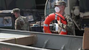 Los miembros de la Guardia Nacional de Luisiana se preparan para la llegada del huracán Laura el 26 de agosto de 2020.