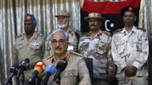 """Le général Khalifa Haftar entouré de son """"état-major"""" lors d'une conférence de presse, à Abyar, près de Benghazi, le 21 mai 2014."""