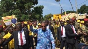 Alpha Condé (au centre) en campagne dans les rues de Conakry, le 8 octobre 2015.