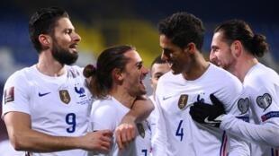 La joie de l'attaquant français Antoine Griezmann (2e g), félicité par ses coéquipers, après avoir ouvert le score contre la Bosnie, lors de leur match de qualifications pour le Mondial-2022, le 31 mars 2021 à Sarajevo